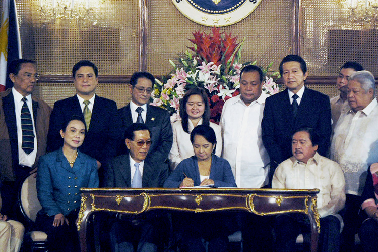 Lawmakers flank President Arroyo as she signed the Climate Change Act of 2009 last Oct. 23, 2009 at Malacanan Palace. (Photo courtesy of the Office of the Press Secretary)
