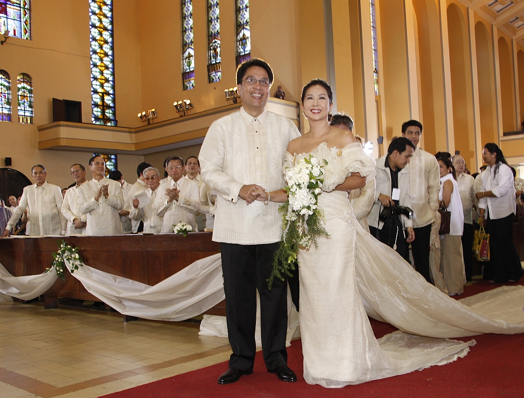 Sen. Mar Roxas II and bride Korina Sanchez pose for a photo at Santo Domingo Church