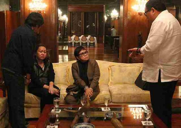 PDAF scammer Janet Lim Napoles surrendered to Aquino at Malacanang. (Photo from GMA News)