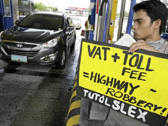 The Aquino government approved the imposition of VAT on NLEX, SLEX toll fees in 2011. (Photo from Inquirer)