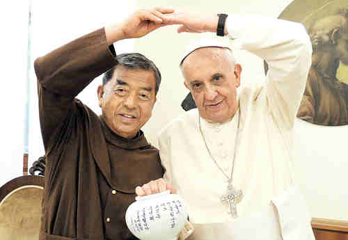 Funny, fun Francis: Pope Francis in his previous visit to Korea. Photo from asianews.it.