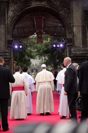 The Holy Father stands at the iconic Arch of the Centuries in the University of the Sto. Tomas (UST) to meet with religious leaders, Jan. 18, 2015. (Photo: Dominic Barrios)
