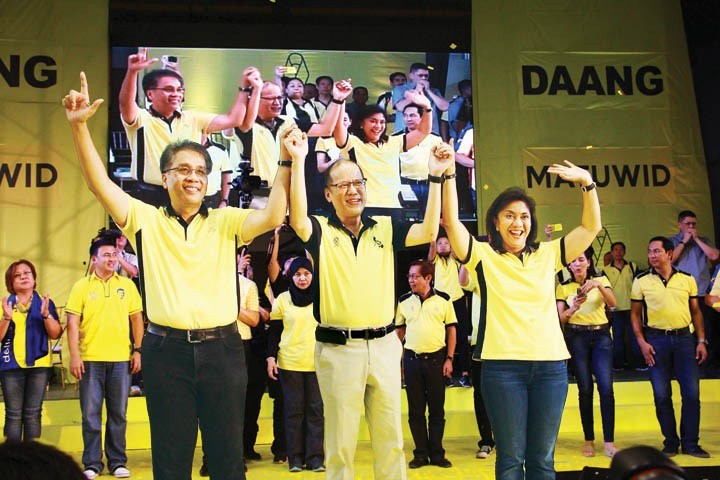 President Benigno S. Aquino III (center) raises the hand of Liberal Party (LP) presidential candidate Mar Roxas and LP vice presidential candidate Leni Robredo at the Capiz Gym in Roxas City. LP launched its national campaign, February 9 in Capiz and Iloilo provinces, considered as bailiwick of LP. (Tara Yap)